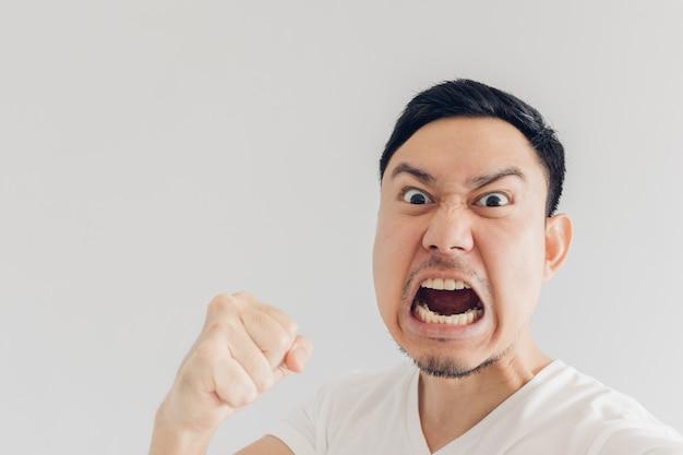 Gros plan le visage de l'homme en colère se selfie. Photo Premium