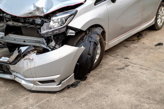 Gros plan voiture devant a été endommagé par accident Photo Premium