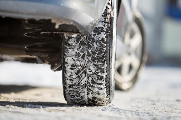 Gros plan, de, voiture, pneu caoutchouc, dans, neige profonde. Photo Premium