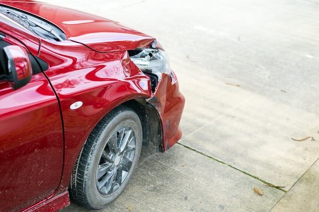 Gros plan voiture rouge devant a été endommagé par accident Photo Premium