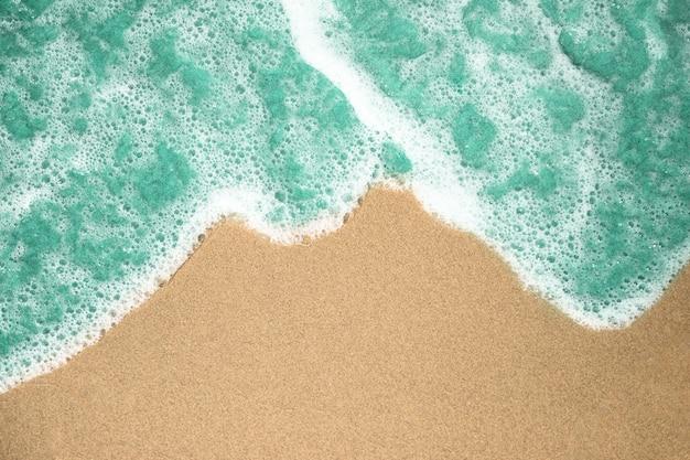 Gros plan, vue dessus, de, eau bouillante, sur, plage sablonneuse tropicale Photo gratuit
