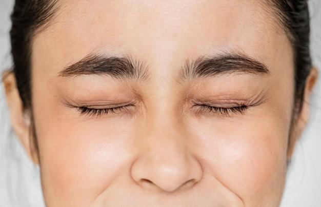 Gros plan des yeux de jeune fille asiatique portrait fermé Photo gratuit