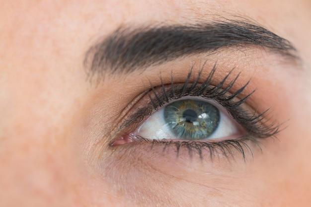 Gros plan des yeux levant les yeux Photo Premium