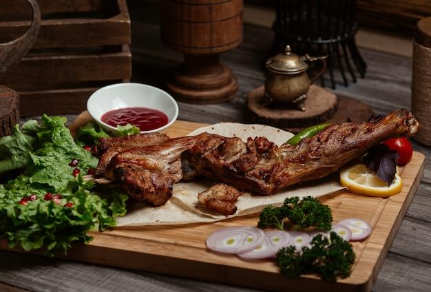 Gros steak avec brocoli, oignons et sauce barbecue Photo gratuit