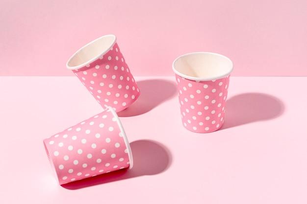 Gros Tasses En Papier Sur La Table Photo gratuit