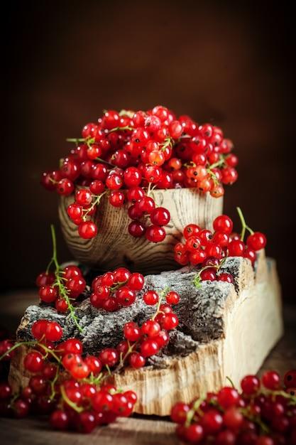 Groseilles Rouges Fraîches Sur Table En Bois Rustique Foncé Photo Premium
