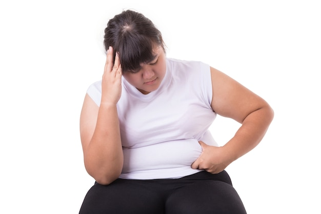 Une Grosse Femme Asiatique Porte Un T-shirt Blanc Inquiet Pour Sa Taille Photo Premium