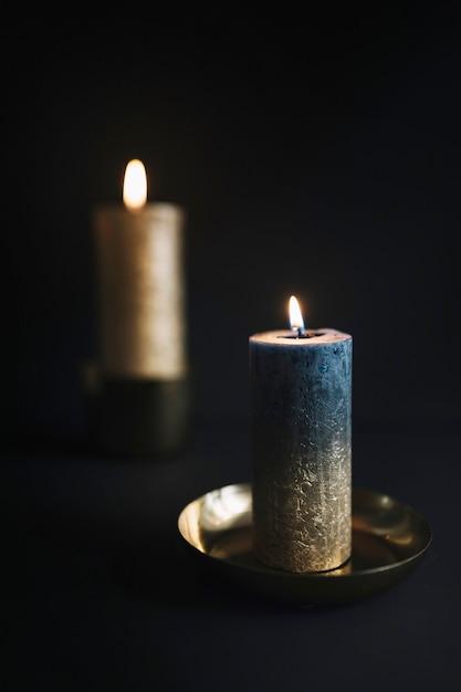 Grosses bougies allumées dans des chandeliers Photo gratuit