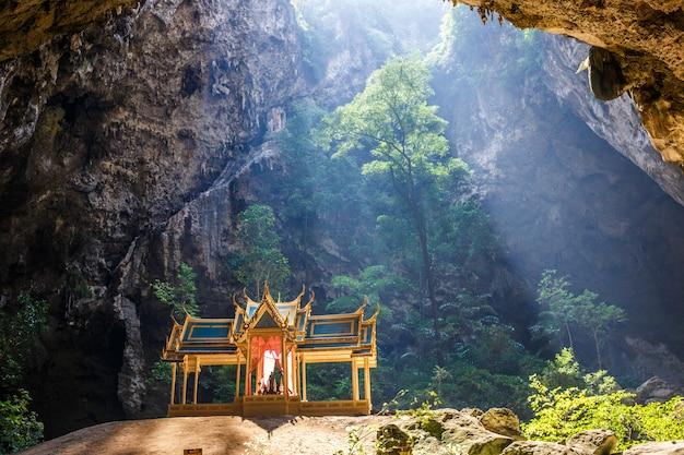 Grotte De Phraya Nakhon Photo Premium