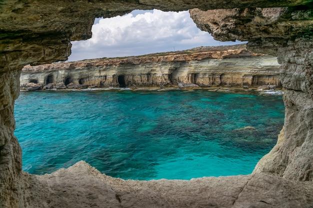 La grotte pittoresque est située sur les rives de la mer méditerranée. Photo Premium