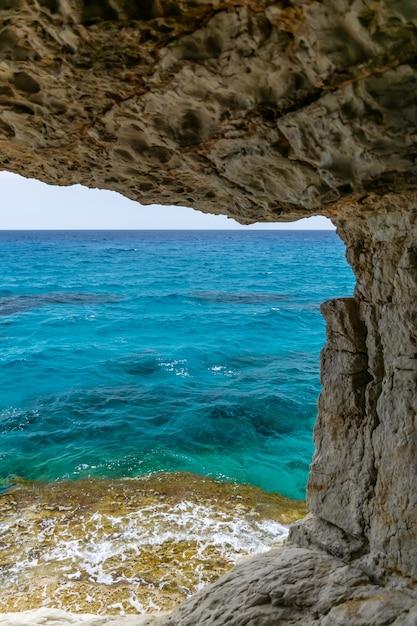 La grotte pittoresque inhabituelle est située sur la côte méditerranéenne. chypre, ayia napa. Photo Premium
