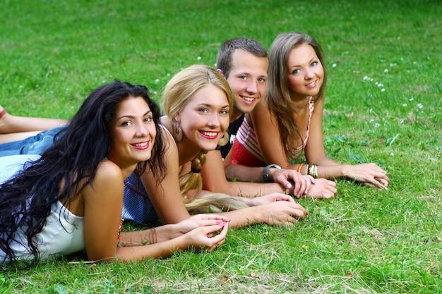 Groupe D'adolescents Garçons Et Filles Photo gratuit