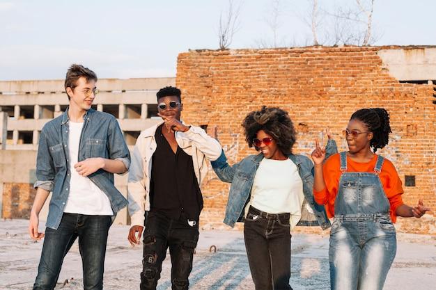 Groupe D'adolescents Traîner Ensemble Photo gratuit