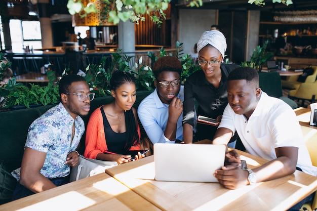 Groupe d'afro-américains travaillant ensemble Photo gratuit