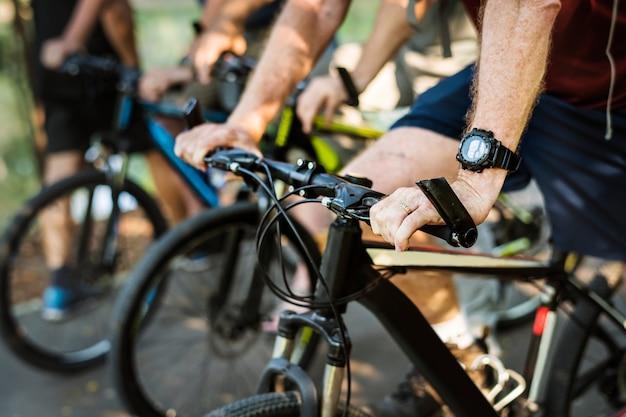 Groupe d'aînés faisant du vélo dans le parc Photo Premium