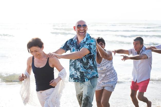 Groupe d'aînés sur la plage Photo Premium