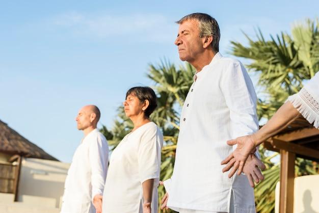 Groupe d'aînés pratiquant le yoga le matin Photo Premium