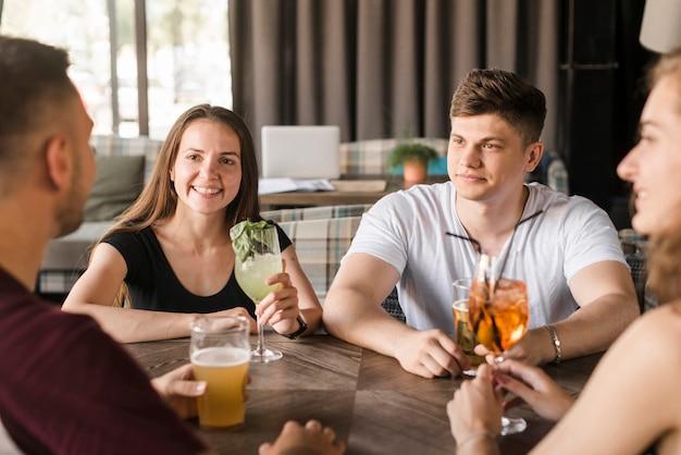Groupe d'amis appréciant des boissons au restaurant Photo gratuit