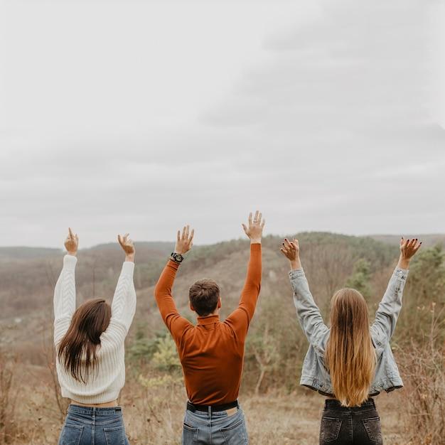 Groupe d'amis appréciant la vue sur la nature Photo gratuit