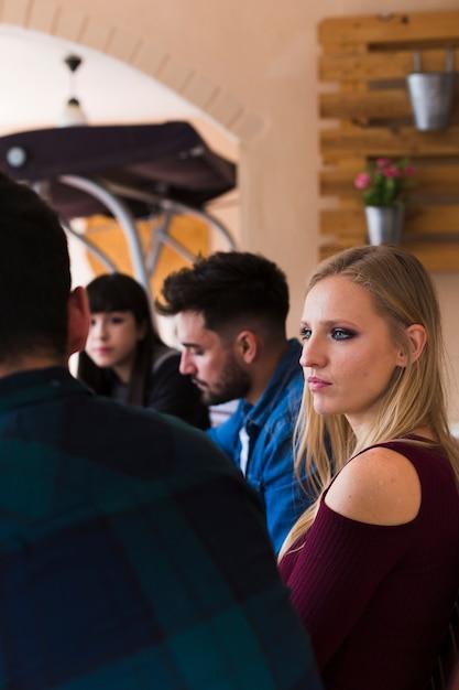 Groupe d'amis assis au restaurant Photo gratuit