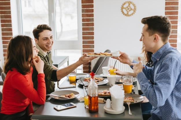 Groupe d'amis au restaurant Photo gratuit