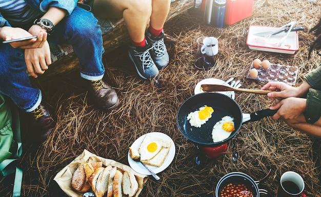 Groupe d'amis camper ensemble cuisine Photo gratuit