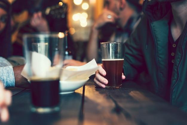 Groupe d'amis dans un bar Photo Premium