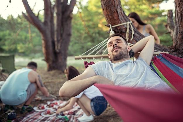 Groupe D'amis Dans Un Camping Photo gratuit