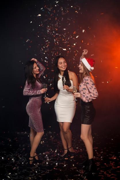 Groupe d'amis dansant à la fête du nouvel an Photo gratuit