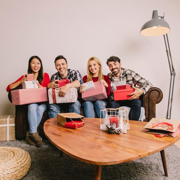 Groupe d'amis sur le divan se donnant mutuellement Photo gratuit