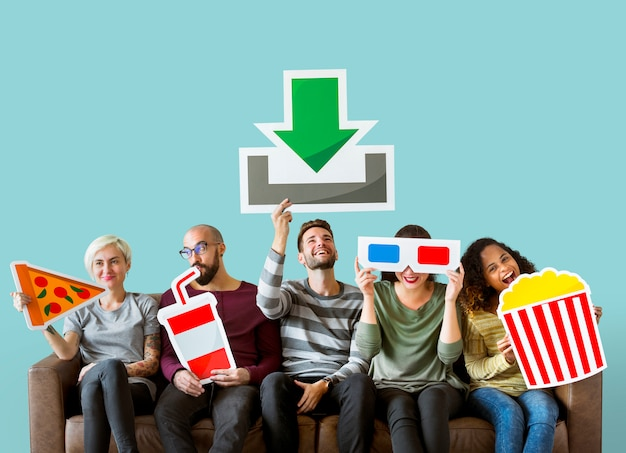 Groupe d'amis divers et concept de téléchargement de film Photo gratuit