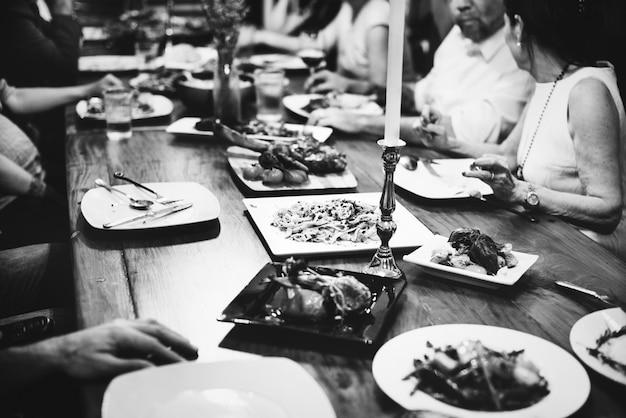 Groupe d'amis divers en train de dîner ensemble Photo gratuit