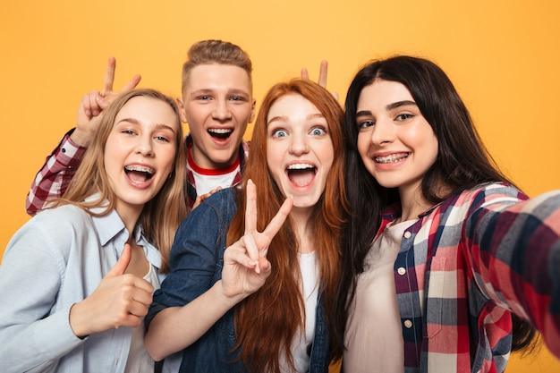Groupe D'amis De L'école Souriant Prenant Un Selfie Photo Premium