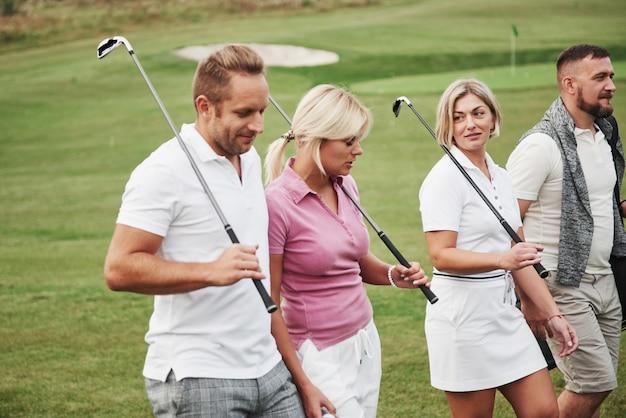Un Groupe D'amis élégants Sur Le Parcours De Golf Apprennent à Jouer à Un Nouveau Jeu. L'équipe Va Se Reposer Après Le Match Photo Premium