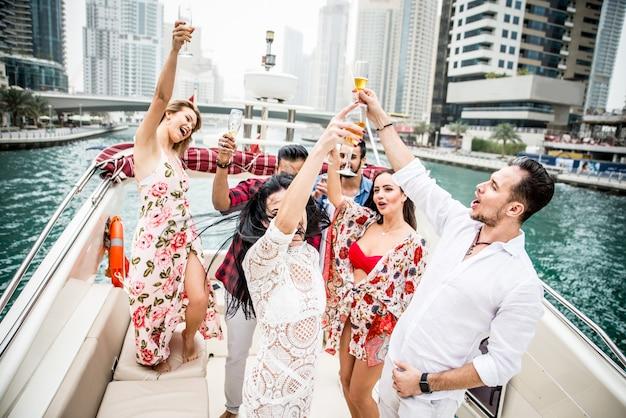Groupe D'amis Faisant La Fête Sur Un Yacht à Dubaï Photo Premium