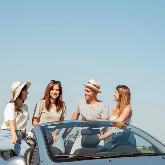 Groupe d'amis faisant un road trip Photo gratuit