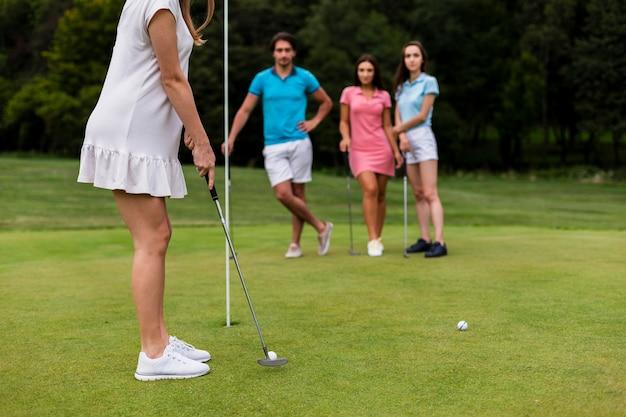 Groupe d'amis jouant au golf ensemble Photo gratuit
