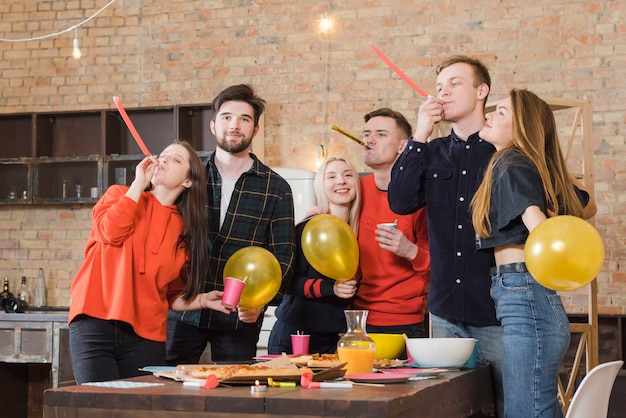 Groupe d'amis lors d'une fête Photo gratuit