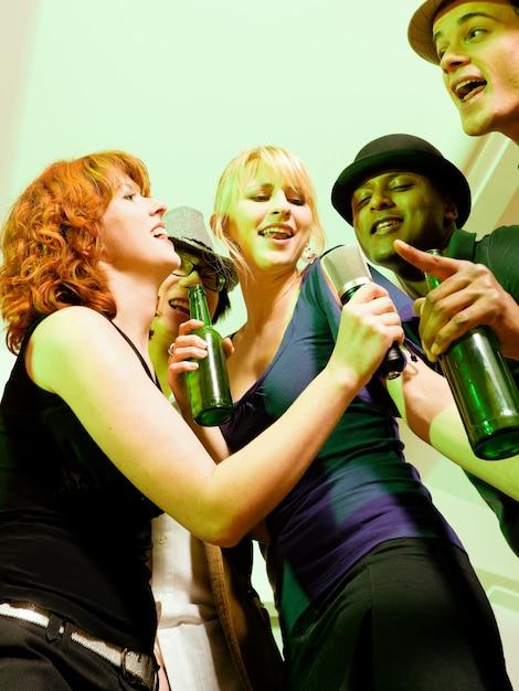 Groupe d'amis lors d'une soirée karaoké Photo Premium