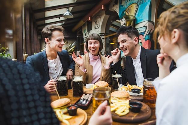 Groupe d'amis mangeant au restaurant Photo gratuit