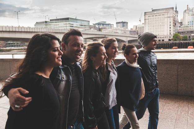 Groupe d'amis marchant et s'amusant ensemble à londres Photo Premium