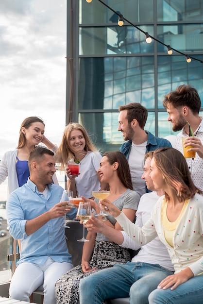 Groupe d'amis portant un toast lors d'une fête Photo gratuit