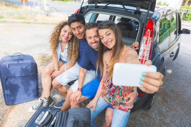 Groupe d'amis prenant un selfie avant de partir en vacances Photo Premium