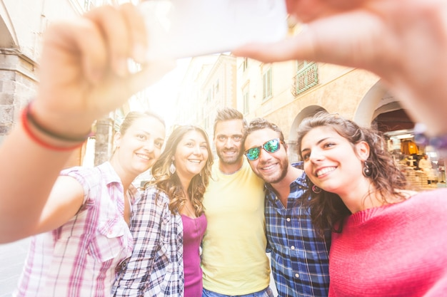 Groupe d'amis prenant un selfie dans la ville Photo Premium