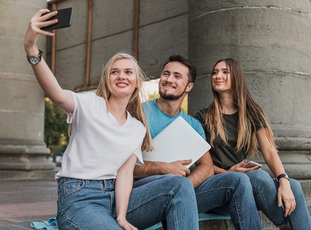 Groupe D'amis Prenant Un Selfie Photo gratuit
