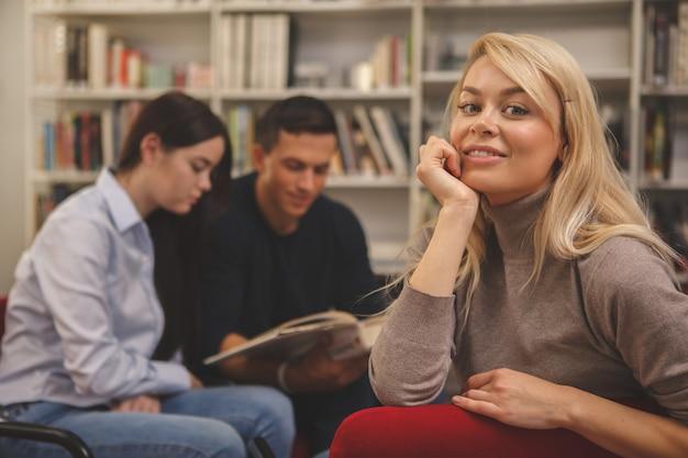Groupe d'amis qui aiment étudier ensemble à la bibliothèque Photo Premium