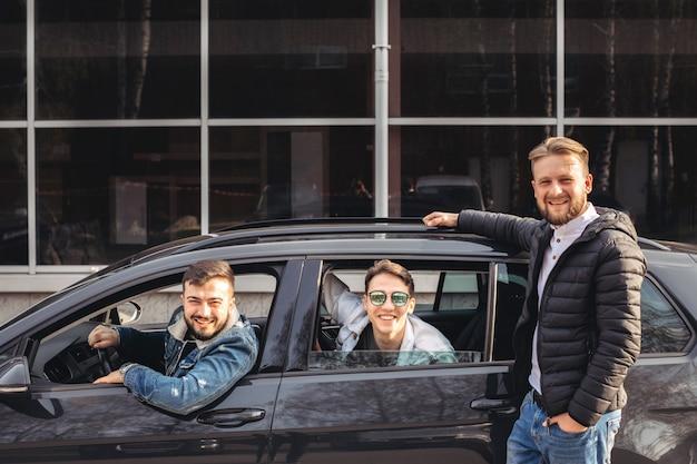 Un groupe d'amis s'amusant dans la voiture. Photo Premium