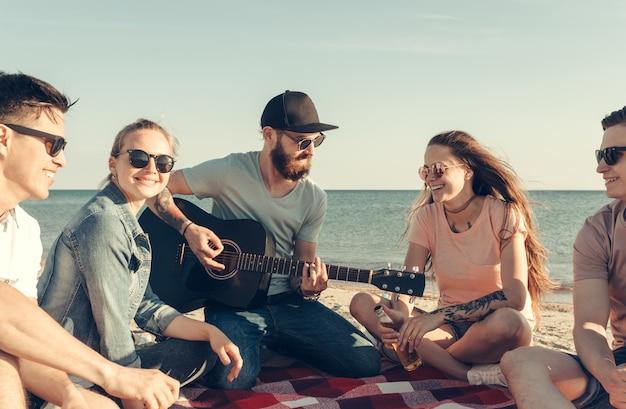 Groupe D'amis S'amusant Sur La Plage Photo Premium