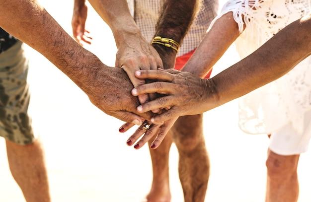 Groupe d'amis seniors empiler des mains Photo Premium