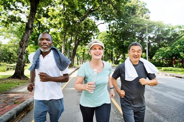 Groupe d'amis seniors jogging ensemble dans un parc Photo gratuit